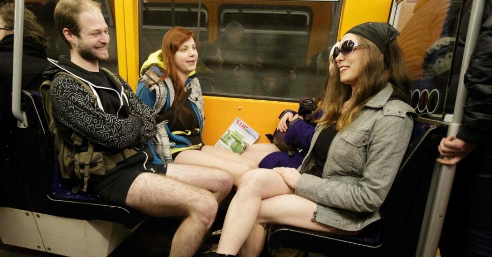 """10.jan.2016 - Passageiros sem calças no metrô de Viena, na Áustria, durante a brincadeira """"Sem calças no metrô"""""""