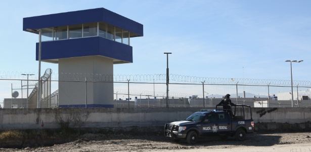"""Carro da Polícia Federal mexicana patrulha a Penitenciária Federal Altiplano, onde """"El Chapo"""" está preso, em Almoloya de Juárez, próximo à Cidade do México"""