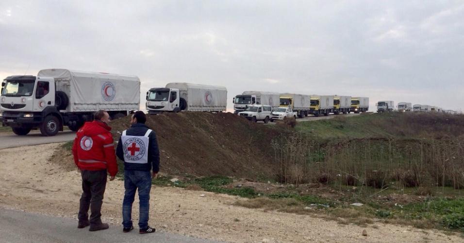 11.jan.2016 - Vários comboios de ajuda humanitária chegaram aos arredores das cidades de Madaya, ao noroeste de Damasco, e a Fua e Kefraya, no norte da Síria, onde são esperados para distribuir alimentos e remédios. Nas cidades sitiadas, faltam alimentos. Há relatos de moradores que estão comendo grama e até terra