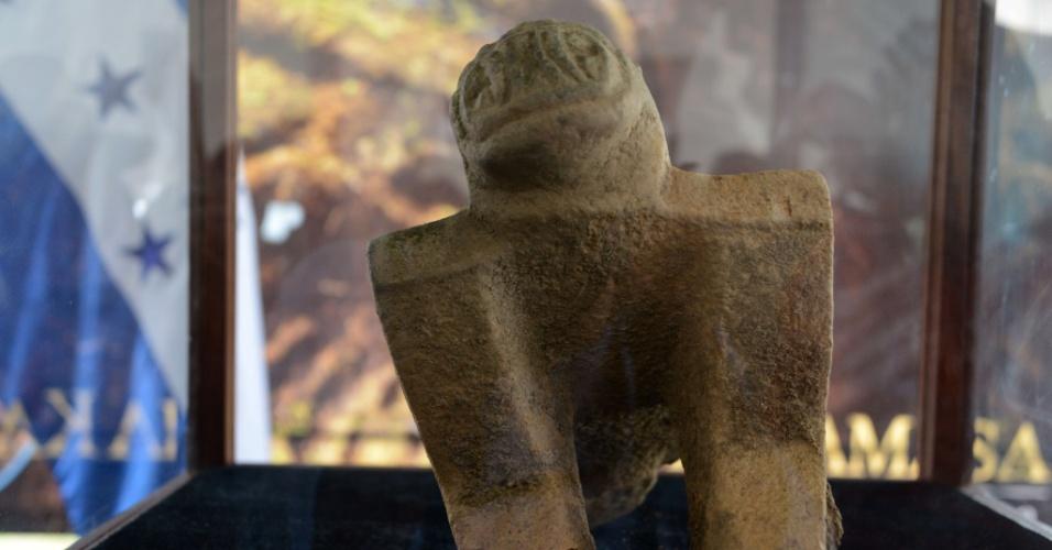 12.jan.2016 - Uma peça arqueológica achada em Kaha Kamasa (cidade branca, na linguagem Misquito) é mostrada na base aérea de El Aguacate, no nordeste de Tegucigalpa, em Honduras. O país iniciou uma grande escavação arqueológica em busca da misteriosa e antiga