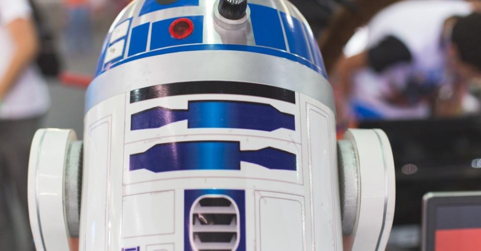 """27.jan.2016 - A Campus Party 2016, que acontece até o dia 31 de janeiro no Anhembi, em São Paulo, também é palco para os """"campuseiros"""" mostrarem seus casemods, como são chamados os gabinetes personalizados de computadores de mesa. Na foto acima, casemod do R2-D2 é exibido no pavilhão do Anhembi"""