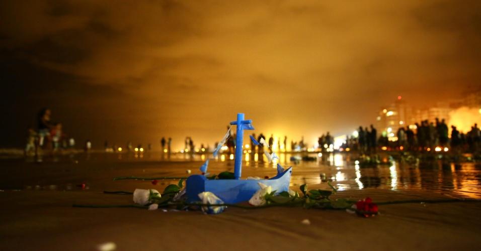 2.fev.2016 - Fiéis participam de procissão em homenagem a Iemanjá na beira da praia, em Capão da Canoa, Rio Grande do Sul na noite anterior ao Dia de Iemanjá, comemorado nesta terça-feira