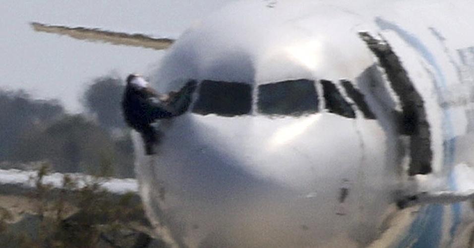 29.mar.2016 - Após 5 horas, terminou o sequestro de um avião de passageiros da companhia egípcia Egyptair no aeroporto de Larnaca, no Chipre. O sequestrador foi detido e todos os reféns foram libertados, anunciaram as autoridades cipriotas. A imagem mostra um homem fugindo pela janela do avião sequestrado