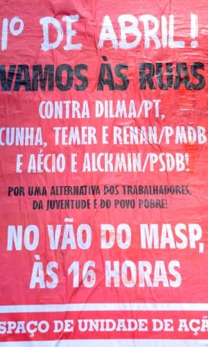 31.mar.2016 - Cartazes vermelhos cobrem muro de casarão na avenida Paulista, em São Paulo, para divulgar protesto contra o governo marcado para o dia 1º de abril. O ato é convocado pelo Espaço Unidade de Ação, do qual faz parte a CSP-Conlutas, entre outras entidades