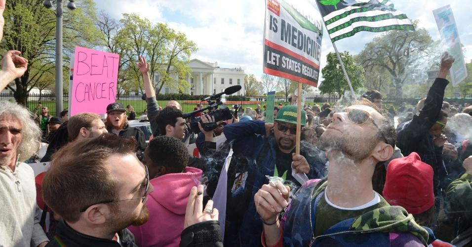 2.abr.2016 - Grupo que organizou o ato queria promover um uso em massa de maconha na frente da Casa Branca. A estratégia deu certo, e quem compareceu não decepcionou