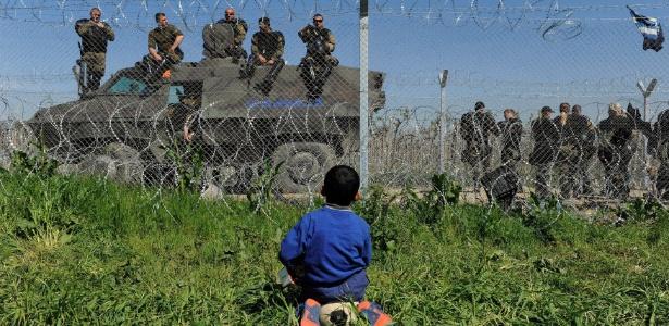 Refugiados como o garoto sírio enfrentam impasse após autoridades da Macedônia anunciarem o fechamento da fronteira com a Grécia