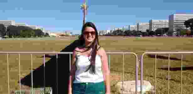 A estudante Samantha de Faveri posa em frente ao muro, em Brasília - Edgard Matsuki/UOL