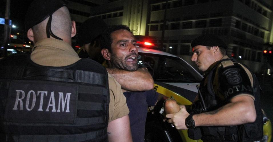 18.abr.2016 - Homem é detido pela Polícia Militar após princípio de confusão durante protesto a favor do impeachment da presidente Dilma Rousseff, na praça Santos Andrade, em frente a Universidade Federal do Paraná, em Curitiba (PR)