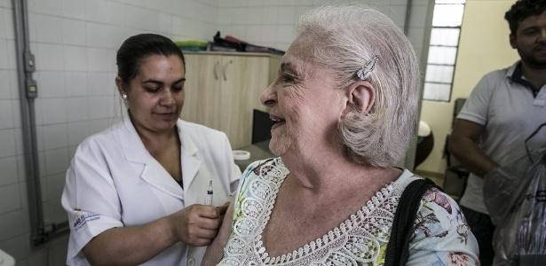 A aposentada Geni Levman, 87, toma vacina contra gripe na UBS no bairro do Bom Retiro, em São Paulo. Dia 12 de maio será o dia D - Lucas Lima/UOL