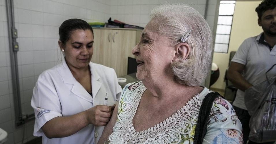 20.abr.2016 - A aposentada Geni Levman, 87, toma vacina contra gripe na UBS no bairro do Bom Retiro, em São Paulo. No sistema público, a vacina só é distribuída para públicos mais vulneráveis à doença: idosos, gestantes, crianças até os cinco anos, pessoas com doenças crônicas, índios, trabalhadores da saúde e mulheres que tiveram filho nos últimos 45 dias