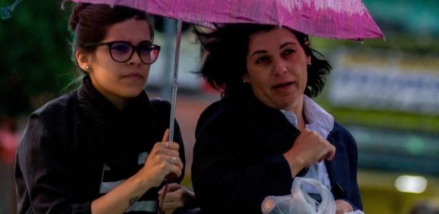 Pedestres enfrentam chuva leve na região do bairro do Tucuruvi, na zona norte de São Paulo