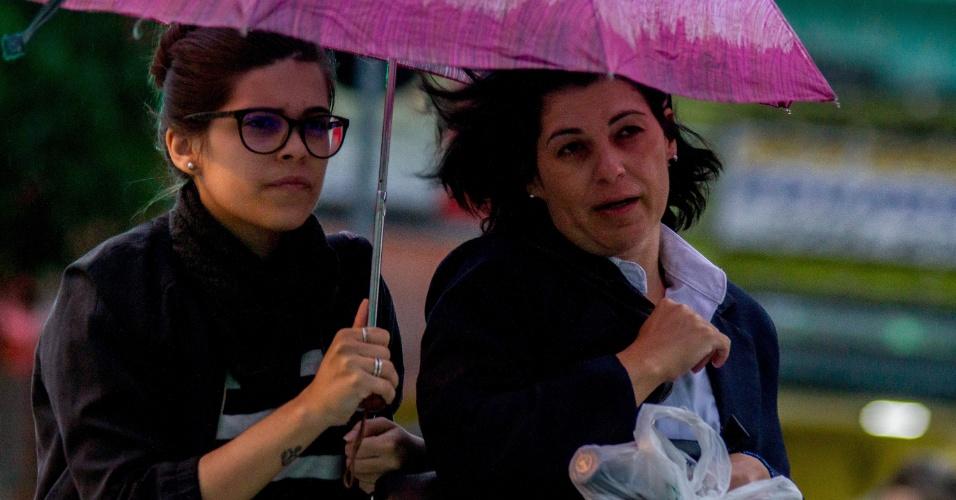 27.abr.2016 - Pedestres enfrentam garoa e frio na região do Tucuruvi, na zona norte da cidade de São Paulo. Após 33 dias de estiagem na região metropolitana, uma frente fria trouxe chuva leve e queda da temperatura. O ar frio vindo do sul do país permite a passagem de ventos polares. Hoje, a temperatura deve ficar em torno de 19°C. Nesta quinta, a mínima pode chegar a 13°C