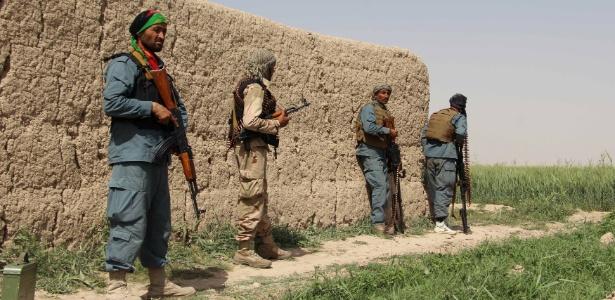 Policiais afegãos atuam durante batalham contra o Taleban no distrito de Nahr-e Saraj, na província de Helmand, no Afeganistão