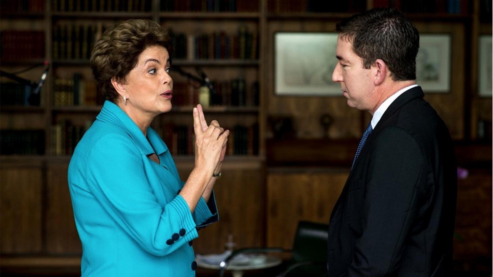 17.mai.2016 - A presidente afastada Dilma Rousseff concede entrevista ao jornalista Glenn Greenwald, do site The Intercept. Gleen ficou conhecido pela série de reportagens sobre o enorme esquema de espionagem da NSA (Agência Nacional de Segurança dos EUA) que envolvia outros países