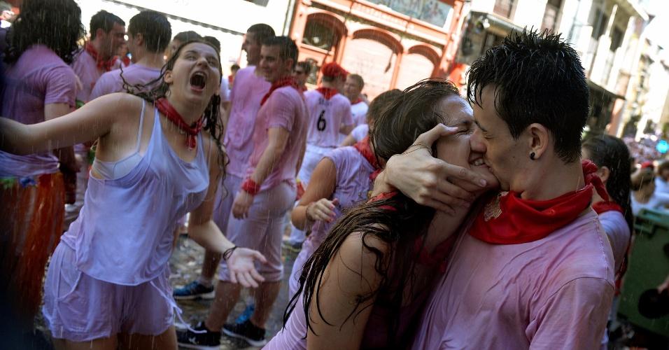 6.jul.2016 - Casal se beija durante o o 'Chupinazo', cerimônia que marca o início das celebrações do Festival de São Firmino. Durante oito dias, as ruas de Pamplona são tomadas por foliões ávidos por acompanhar as famosas corridas de touros