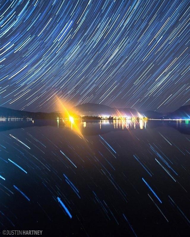 13.jul.2016 - Nessa imagem, Hartney fotografou as estrelas em longa exposição que se refletem no lago Dexter, no Oregon (EUA). Se consegue esse feito na imagem quando se fotografa durante minutos e até horas com apenas um ?click? da câmera
