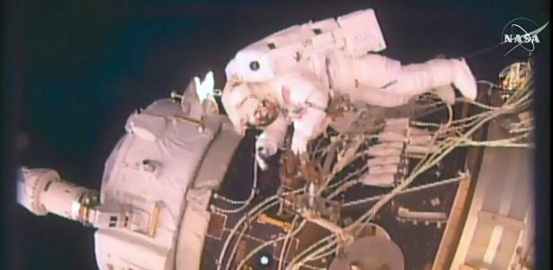 19.ago.2016 - Astronautas fazem caminhada pelo lado externo da estação