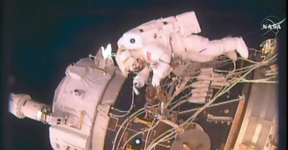19.ago.2016 - CAMINHADA ESPACIAL - Os astronautas Jeff Williams e Kate Rubins fizeram uma caminhada pelo lado externo da Estação Espacial Internacional. O objetivo era instalar um equipamento que deve permitir que a nave espacial comercial da Space X transporte astronautas para ir do porto à ISS