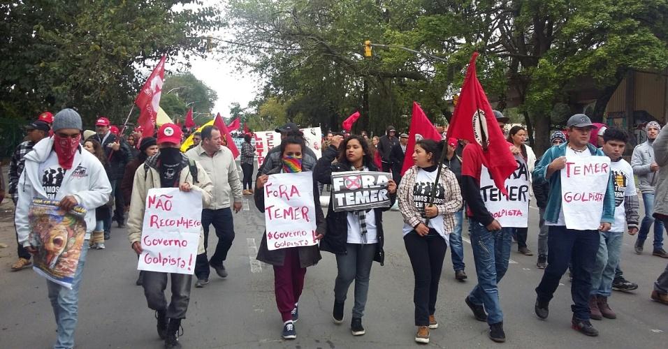 7.set.2016 - Jovens do Movimento Sem Terra protestam contra o governo de Michel Temer em Porto Alegre (RS) durante o Grito dos Excluídos