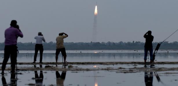 Pessoas registram lançamento do veículo polar PSLV-C35 no estado de Andhra Pradesh - Arun Sankar/AFP