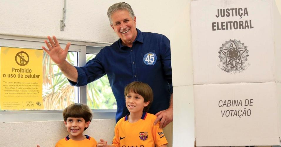 2.out.2016 - O candidato João Leite (PSDB) vota no colégio Milton Campos, no bairro de Lourdes, em Belo Horizonte (MG), na manhã deste domingo (2)