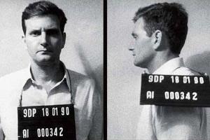 """Revista """"Veja"""" divulgou fotos inéditas de Crivella preso e fichado há 26 anos"""