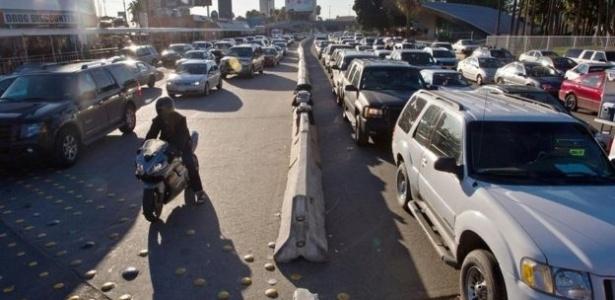Automóveis se alinham em filas para atravessar a fronteira entre México e EUA - CBP Photo/Alamy Stock Photo