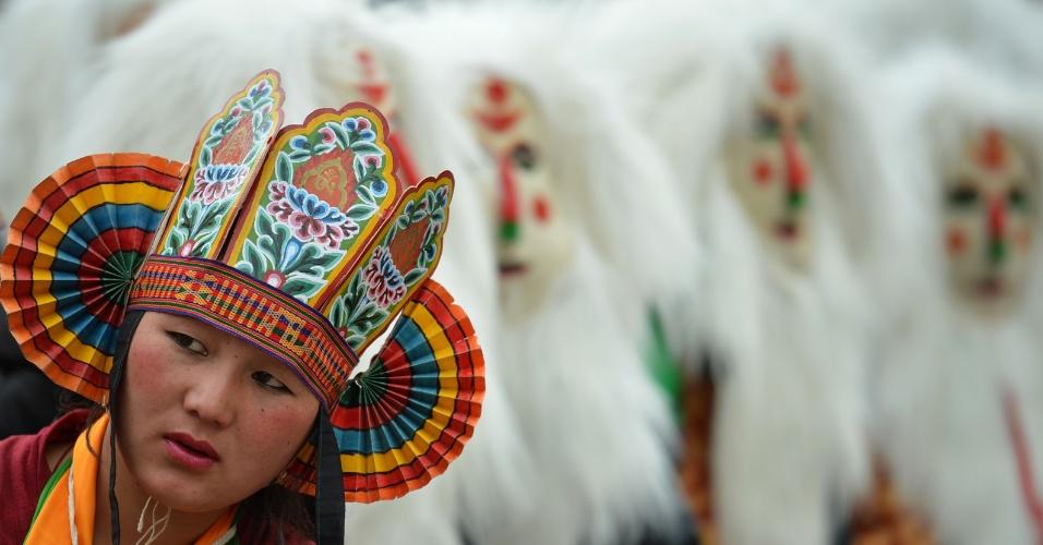 4.nov.2016 - Menina tribal olha durante o festival de Tawang, perto da fronteira Indo-China em Arunachal Pradesh, na Índia