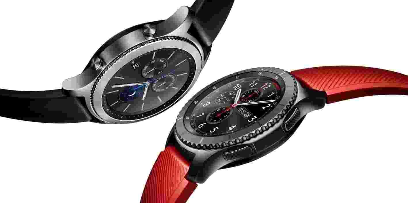 7.dez.2016 - O Gear S3, mais novo smartwatch da Samsung, será lançado no Brasil na próxima segunda-feira (12) pelo preço sugerido de R$ 2.199, nas versões Classic (acima, com pulseira preta), mais semelhante a um relógio de pulso tradicional; e o Frontier (com pulseira vermelha), com visual mais esportivo. O preço é R$ 300 mais caro que o sugerido no lançamento do Gear S2 no final de 2015 (R$ 1.899 na época). Já o S3 possui GPS embutido, para acompanhar sua atividade física sem depender do smartphone; permite transferir até 4 GB de músicas para ouvir com o relógio via Bluetooth; e traz uma bateria maior (380 mAh) que dura até quatro dias. O relógio ganhou altímetro (para medir andares subidos ou descidos) e barômetro, que detecta mudanças na pressão atmosférica e no tempo. - Divulgação