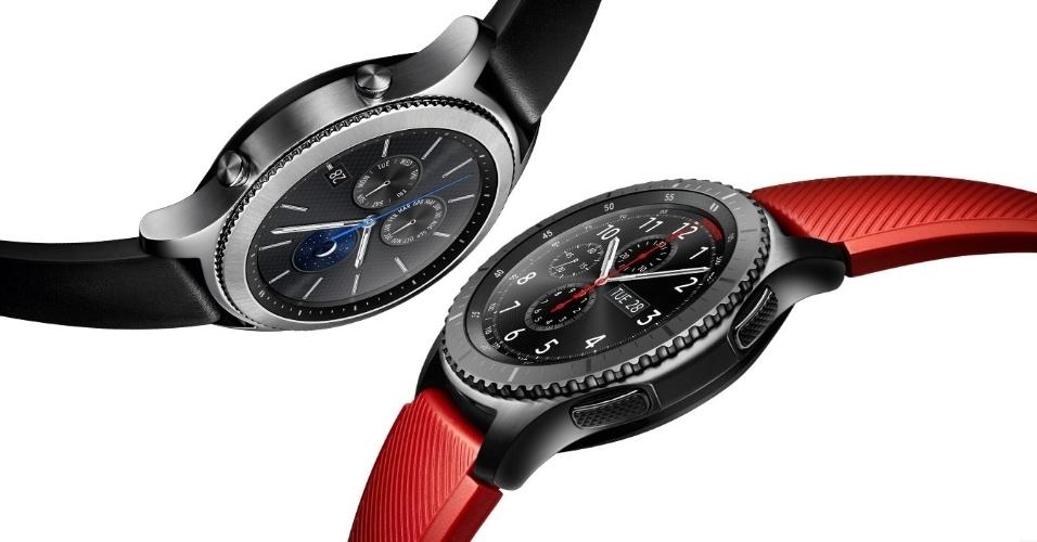 7.dez.2016 - O Gear S3, mais novo smartwatch da Samsung, será lançado no Brasil na próxima segunda-feira (12) pelo preço sugerido de R$ 2.199, nas versões Classic (acima, com pulseira preta), mais semelhante a um relógio de pulso tradicional; e o Frontier (com pulseira vermelha), com visual mais esportivo. O preço é R$ 300 mais caro que o sugerido no lançamento do Gear S2 no final de 2015 (R$ 1.899 na época). Já o S3 possui GPS embutido, para acompanhar sua atividade física sem depender do smartphone; permite transferir até 4 GB de músicas para ouvir com o relógio via Bluetooth; e traz uma bateria maior (380 mAh) que dura até quatro dias. O relógio ganhou altímetro (para medir andares subidos ou descidos) e barômetro, que detecta mudanças na pressão atmosférica e no tempo.