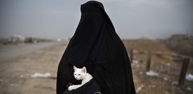 Com o corpo todo coberto, iraquiana segue para campo de refugiados depois de escapar de Mossul