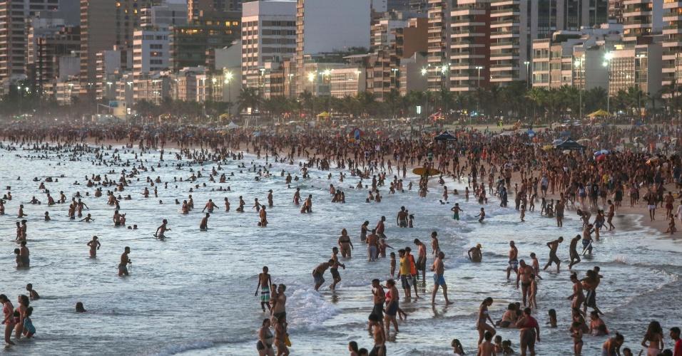 27.dez.2016 - No início da noite, a praia de Ipanema, na zona sul do Rio de Janeiro, ainda estava lotada. No começo da tarde, os termômetros haviam registrado a mais alta temperatura de 2016 na cidade, 42,3ºC, na zona oeste. A sensação térmica chegou a atingir 47,7ºC