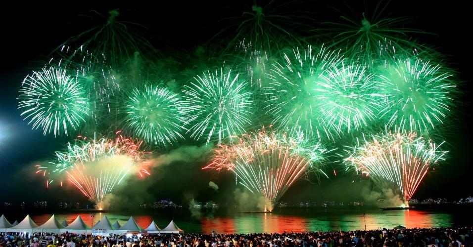 1.jan.2017 - Queima de fogos de artifício embeleza festa de Réveillon na praia da Ponta Negra, em Manaus