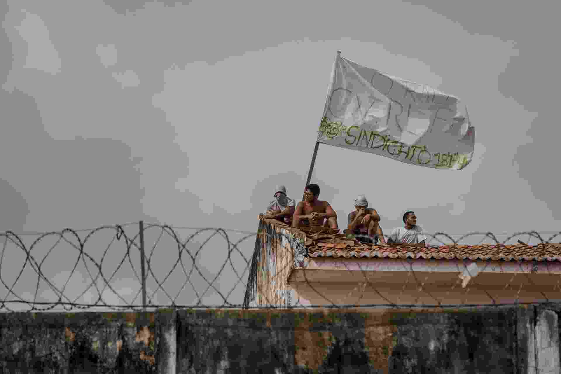 17.jan.2017 - Detentos do presídio de Alcaçuz, na região metropolitana de Natal, continuavam livres dentro dos pavilhões e ainda ocupavam os telhados da detenção na manhã desta terça. Apesar disso, o governador do Rio Grande do Norte, Robinson Faria (PSD), afirmou que a situação está sob controle - Avener Prado/Folhapress
