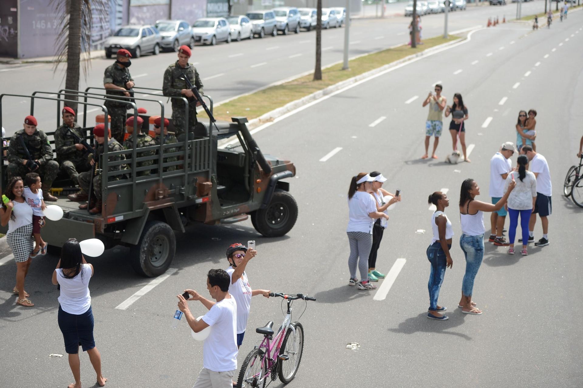 12.fev.2017 - Moradores tiram fotos com os militares que estão trabalhando na segurança da orla da praia de Camburi, em Vitória (ES). A crise de segurança no Estado chegou ao 9ª dia e já soma 142 homicídios, segundo o Sindicato dos Policiais Civis (Sindipol)