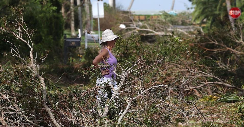 11.set.2017 -  Mulher observa árvores derrubadas pelos ventos do furacão Irma em Nápoles, Flórida (EUA)