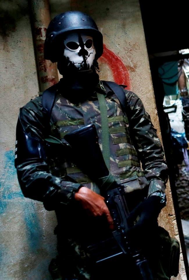 Militar usa máscara de caveira durante operação que ocupa a favela da Rocinha