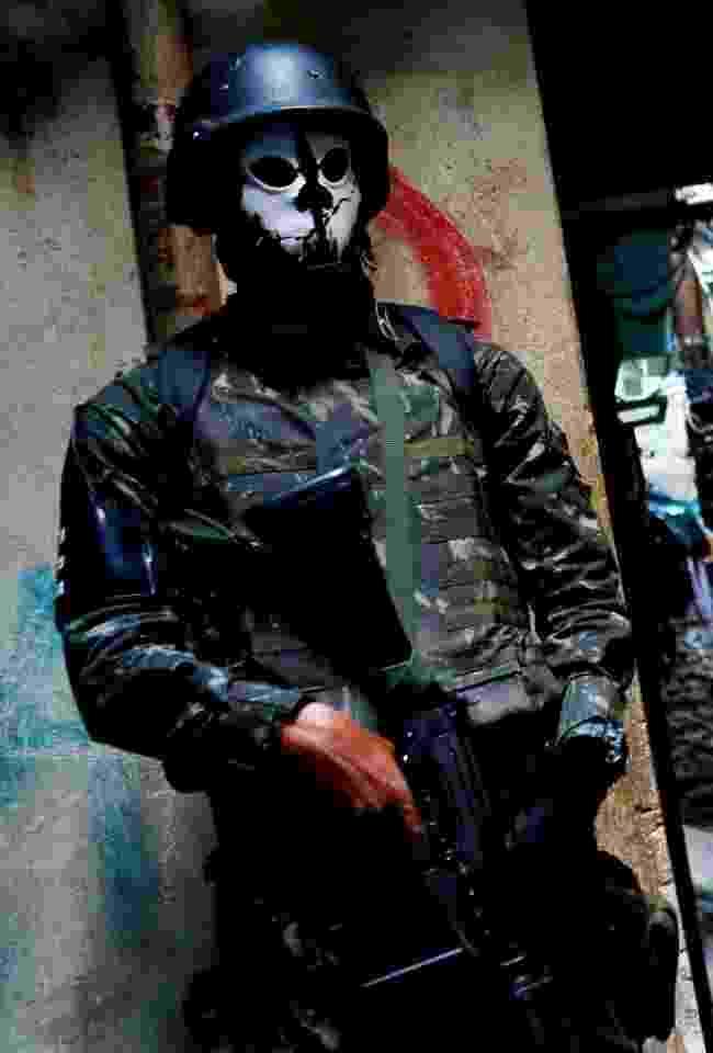 Militar usa máscara de caveira durante operação que ocupa a favela da Rocinha - Bruno Kelly/Reuters
