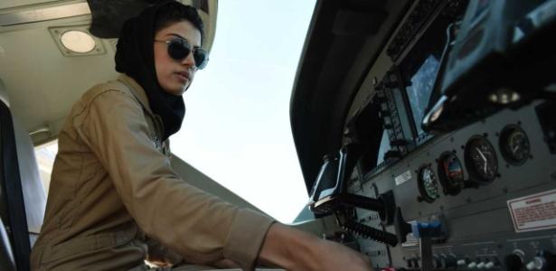 A primeira mulher piloto do Afeganistão, Niloofar Rahmani, em um avião da força aérea afegã, em Cabul