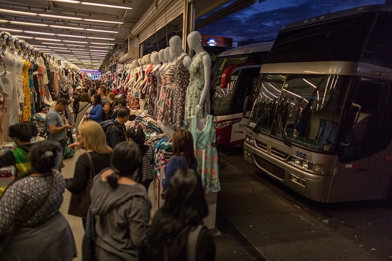 28.nov.2017 - Nos shoppings e galerias, há sempre um estacionamento lotado de ônibus, muitos deles do tipo leito. A reportagem contou placas de oito Estados diferentes em apenas um pátio