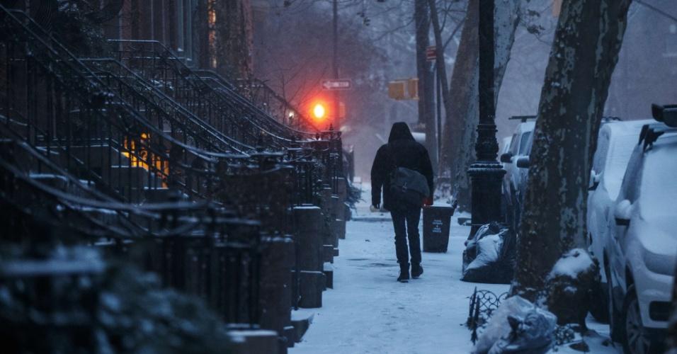 4.jan.2018 - Homem caminha sobre a neve na região do Brooklyn Heights, Nova York