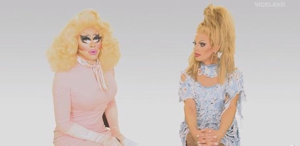 """O """"The Trixie & Katya Show"""" é um híbrido de entrevista e humor com duas pessoas engraçadas sentadas em banquinhos"""
