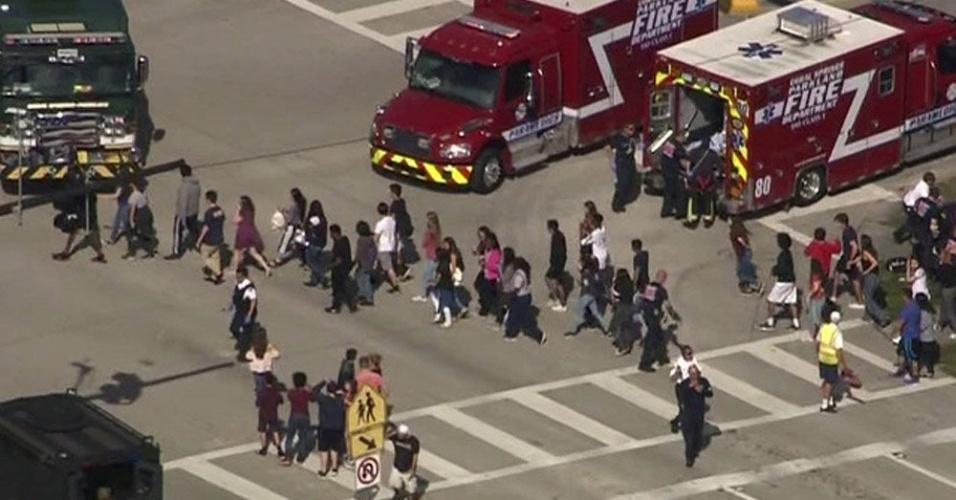 Estudantes evacuam escola após tiroteio na Flórida