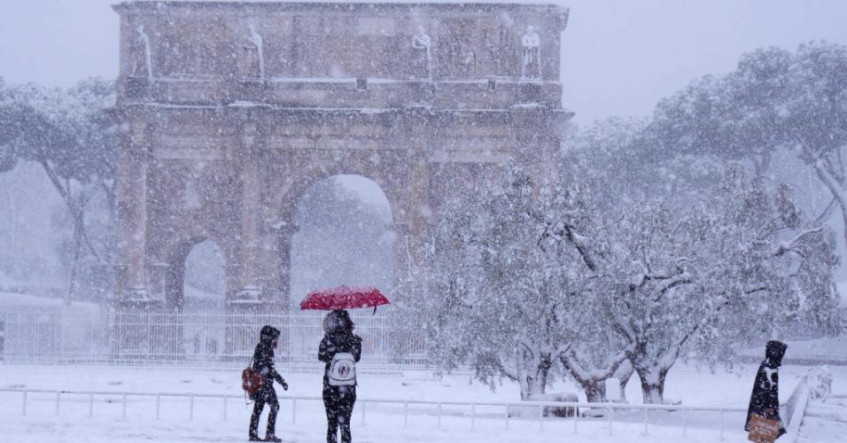 26.fev.2018 - Turistas visitam o Arco de Constantino durante nevasca em Roma, na Itália