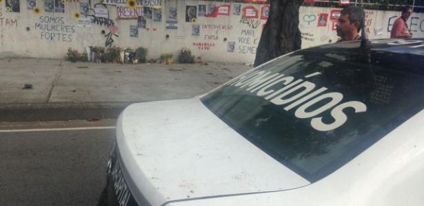 21.mar.2018 - Carro da polícia foi usado para simular veículo de Marielle no local do crime - Carolina Farias/UOL
