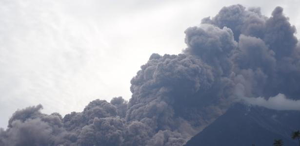 O vulcão Fuego em erupção, visto do município de Alotenango, a 65 km a sudoeste da cidade da Guatemala