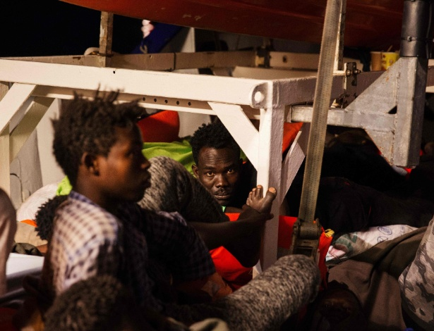 """Imigrantes aguardam no barco """"Lifeline"""", autorizado a atracar em Malta, depois de uma semana com 200 pessoas a bordo - Mission Lifeline e. V. / Felix Weiss / AFP PHOTO"""