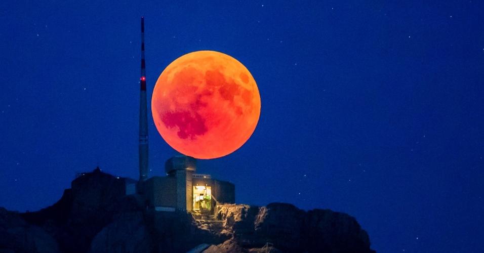 27.jul.18 - Lua de sangue sobre o Cantão de Appenzell, na Suíça
