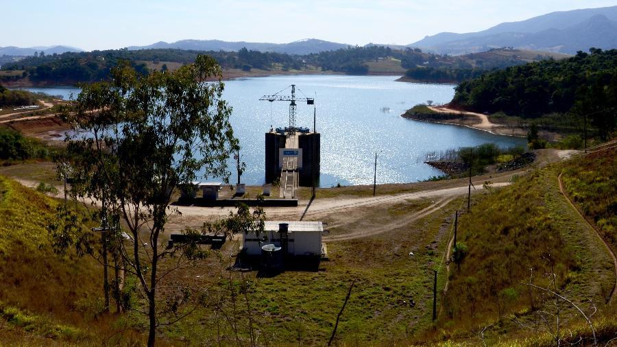 2018 - Vista da represa dos rios Jacareí e Jaguari, do Sistema Cantareira, em Joanópolis (SP) - RENATO CÉSAR PEREIRA/FUTURA PRESS/FUTURA PRESS/ESTADÃO CONTEÚDO