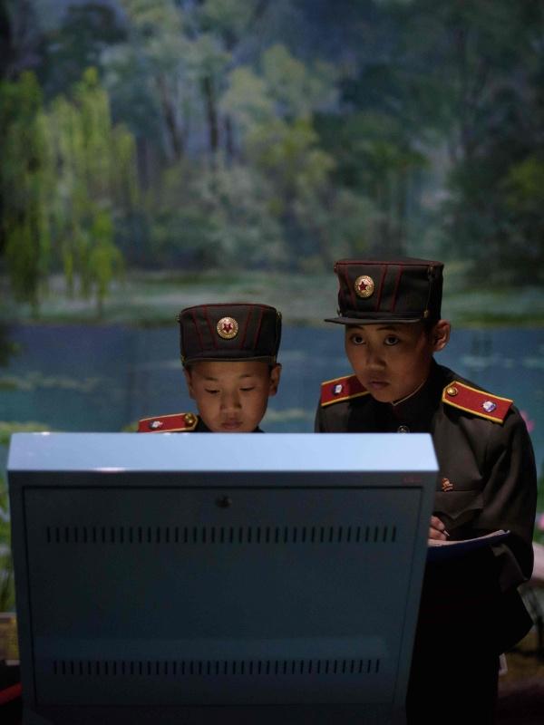 14.Jun.2018 - Garotos desempenham atividades escolares na Escola Revolucionária de Mangyongdae, criada originalmente para órfãos da guerra contra o Japão, e hoje instituição de ponta da Coreia do Norte